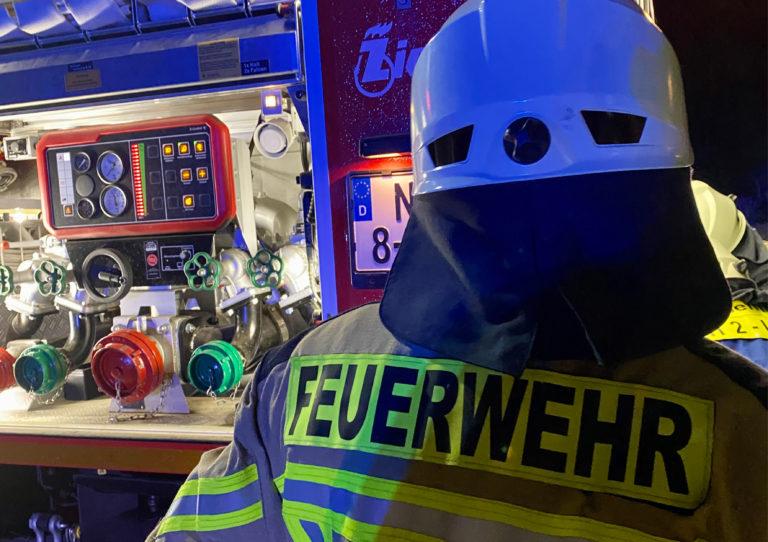 Feuerwehrmann vor Pumpe
